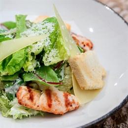 Салат «Цезарь» с голубым сыром и курицей